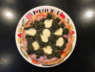 Pizza met spinazie en mozzarella